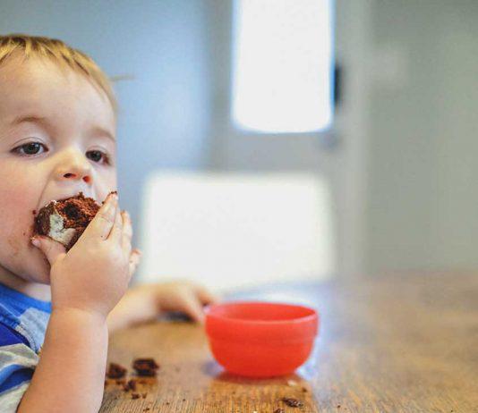 trẻ em đang ăn nhiều đường