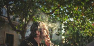 Người đàn ông hút thuốc có thể làm tăng nguy cơ loãng xương