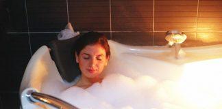 tắm nước ấm trước khi đi ngủ